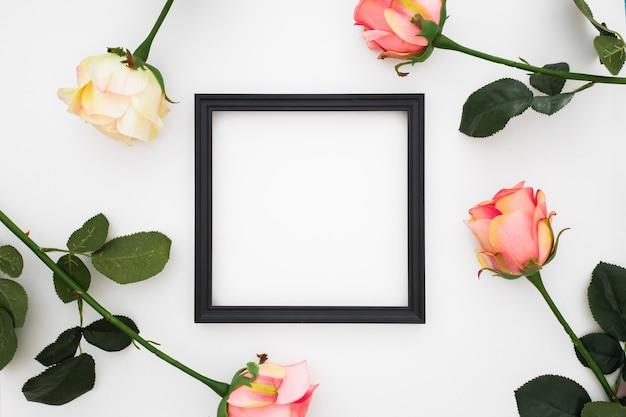 Lindo quadro com rosas ao redor Foto gratuita