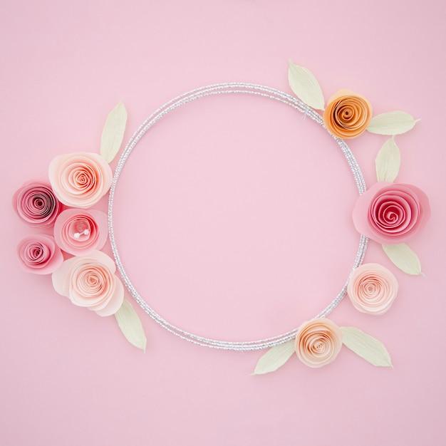 Lindo quadro ornamental com flores de papel Foto gratuita