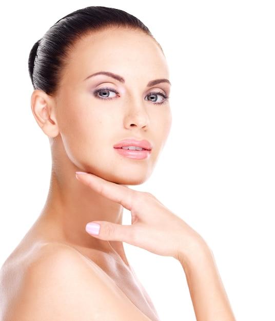 Lindo rosto saudável da jovem mulher bonita branca com pele fresca - isolado no branco Foto gratuita