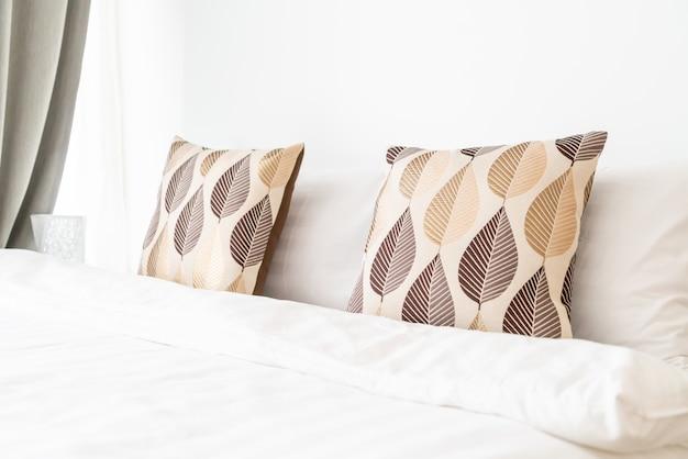 Lindo travesseiro na decoração da cama no quarto da cama Foto Premium
