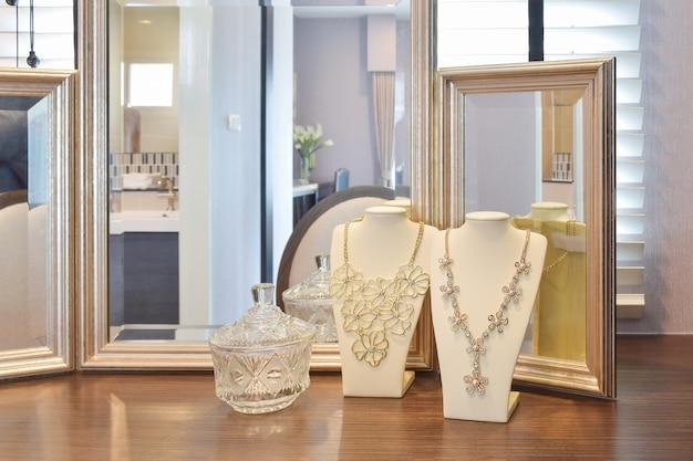 Lindos colares com reflexos na mesa de madeira Foto Premium