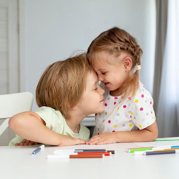Lindos filhos desenho em casa Foto gratuita