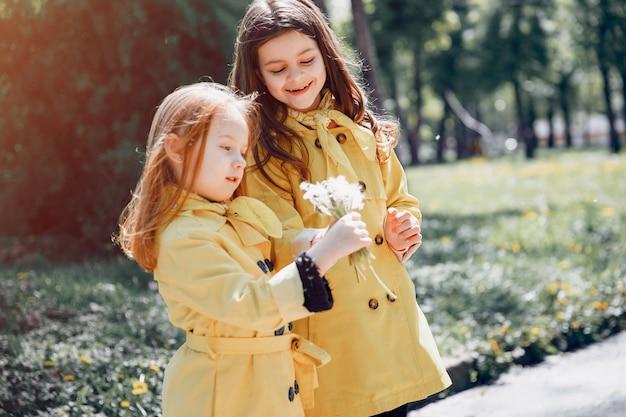 Lindos filhos plaiyng em um dia chuvoso Foto gratuita