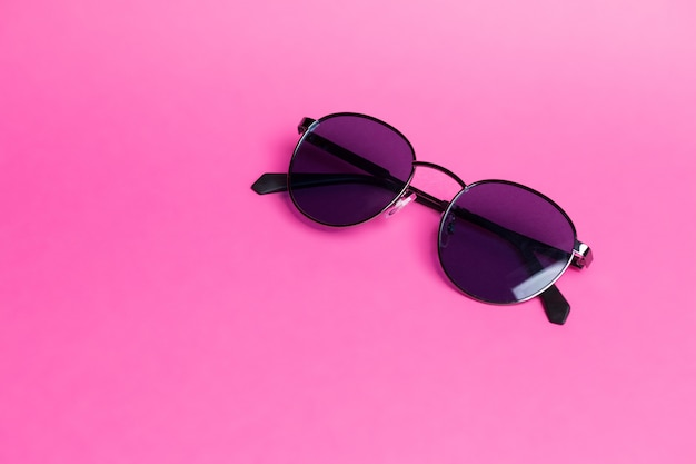 Lindos óculos de sol em close-up de fundo rosa isolado Foto Premium