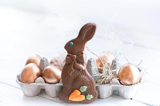 Lindos ovos de páscoa decorados com coelho de chocolate. Foto gratuita