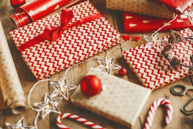 Lindos presentes de natal na mesa de madeira Foto gratuita