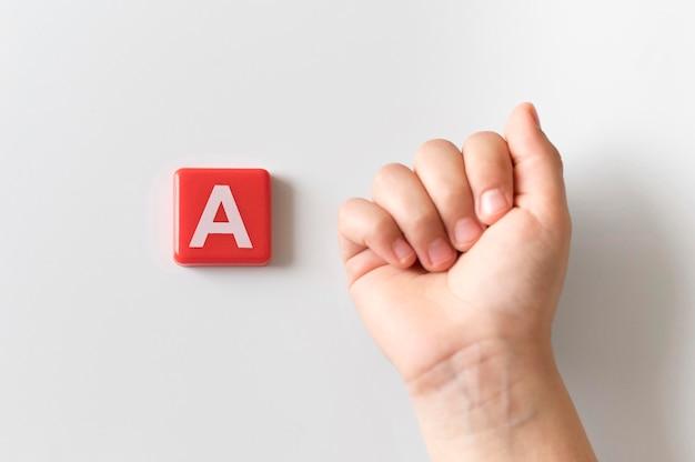 Língua de sinais mão mostrando a letra a Foto gratuita