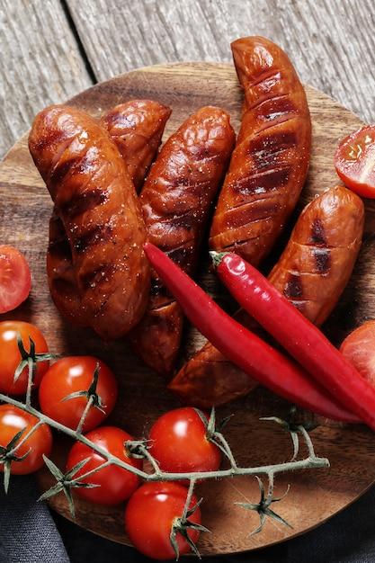 Lingüiça e legumes grelhados Foto gratuita