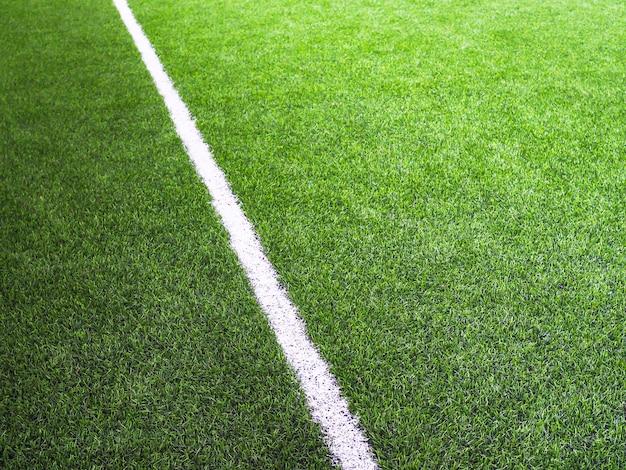 Linha branca na grama verde do campo de futsal ou campo de futebol Foto Premium