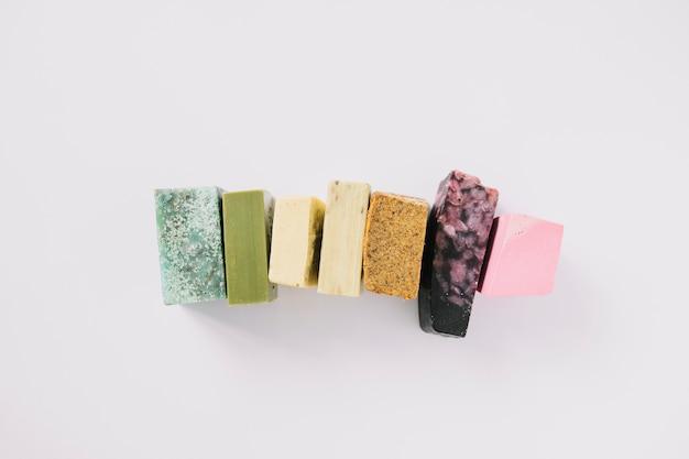 Linha de barras de sabonete colorido sobre fundo branco Foto gratuita