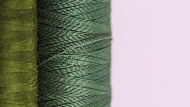 Linha de bobinas de fio verde Foto gratuita