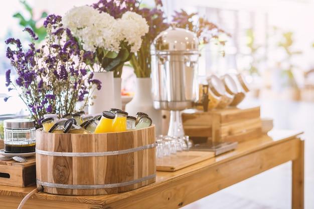 Linha de buffet de pequeno-almoço orgânico cru coloque na garrafa de bebida de suco um pronto-a-bebida prensado a frio a mesa de jantar Foto Premium