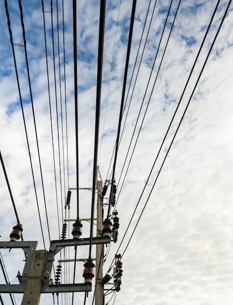 Linha de cabos complexos do poste de concreto elétrico. Foto Premium