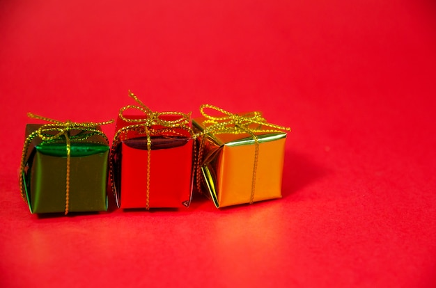 Linha de caixa de presente em fundo vermelho Foto Premium