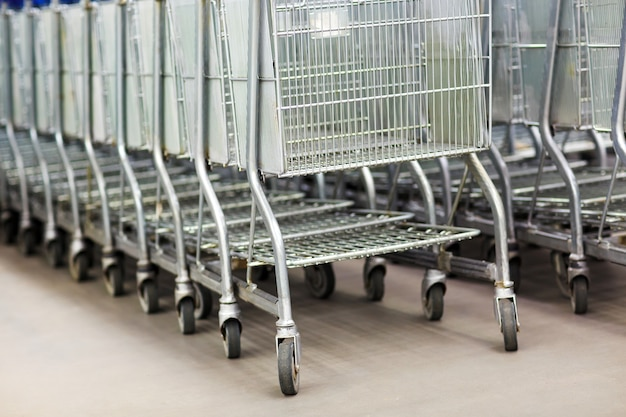 Linha de carrinhos de compras na entrada do supermercado Foto Premium