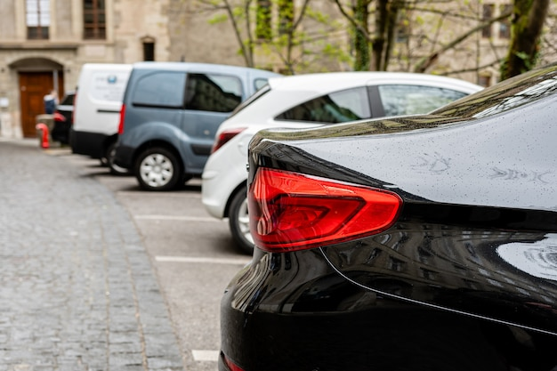Linha de carros estacionados na rua. vista para a traseira dos carros Foto Premium