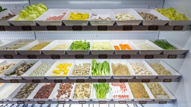 Linha de comida fresca para o bufê de sukiyaki na geladeira como a galinha Foto Premium