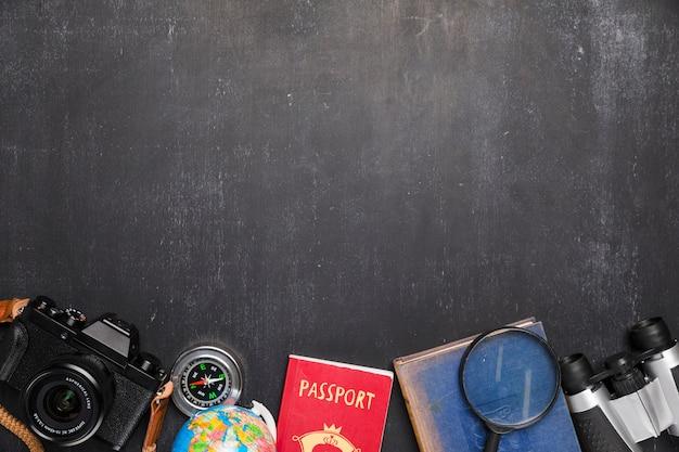 Linha de elementos de viagem no quadro-negro Foto gratuita