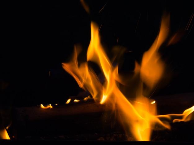 Linha de fogo real chamas isoladas no fundo preto. mockup parede de fogo. Foto Premium
