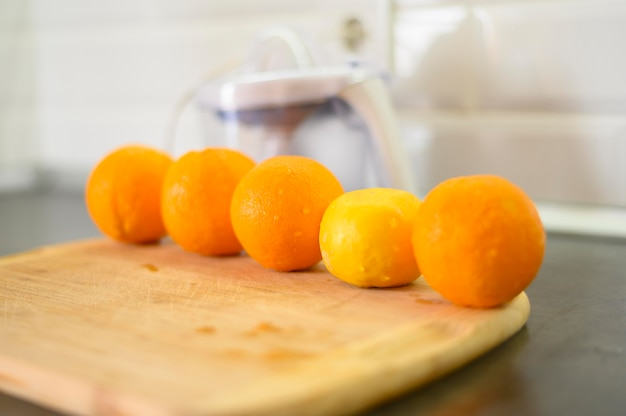 Linha de laranjas na cozinha Foto gratuita