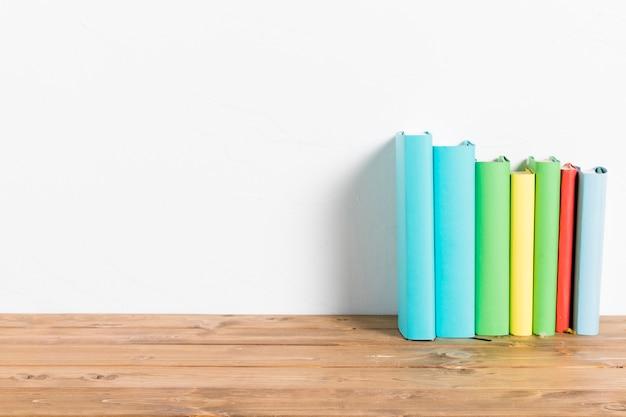 Linha de livros coloridos na mesa Foto gratuita