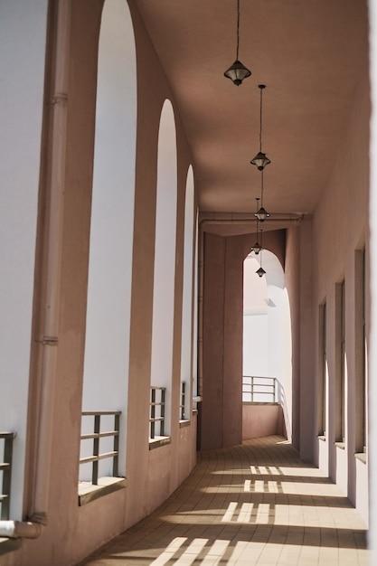 Linha, de, modernos, colunas, com, diminuindo, perspectiva, corredor, exterior, a, predios Foto Premium