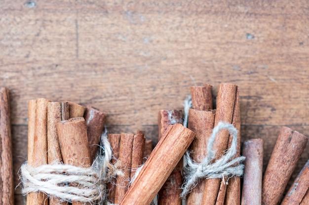 Linha de paus de canela na madeira Foto Premium