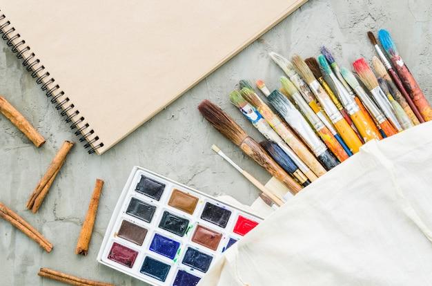 Linha de pincel de vista superior com paleta de aquarela Foto gratuita