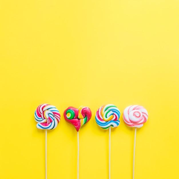 Linha de pirulitos coloridos Foto gratuita
