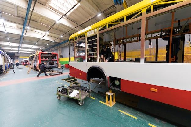 Linha de produção de ônibus Foto Premium