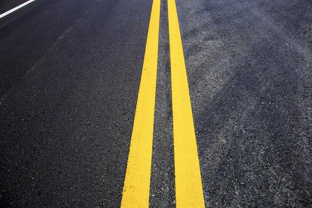 Linha de tráfego da pista na estrada. Foto Premium