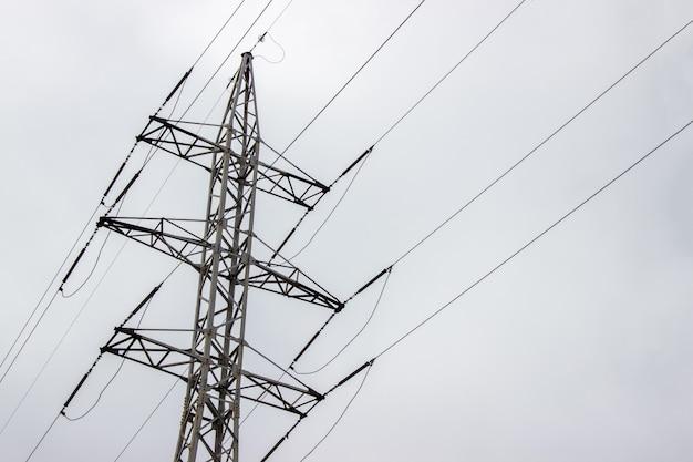 Linha de transmissão de energia em um dia nublado Foto Premium
