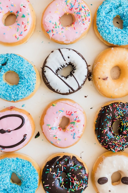 Linha de vários donuts deliciosos Foto gratuita