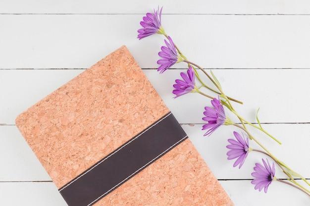 Linha de vista superior flores sobre fundo de madeira Foto gratuita