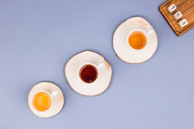 Linha de xícaras de chá de vista superior Foto gratuita