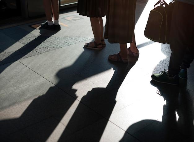 Linha, fila, ficar, direito, esperando, aglomerado, redondo Foto gratuita