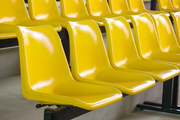 Linha vazia de assentos de plástico amarelo no show indoor do estádio Foto Premium