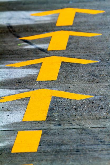 Linhas amarelas na estrada Foto Premium
