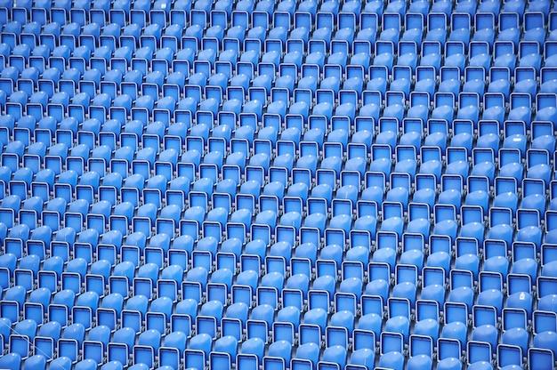 Linhas azuis de assentos no fundo do estádio Foto Premium