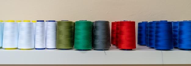Linhas coloridas para máquina de costura na prateleira Foto Premium