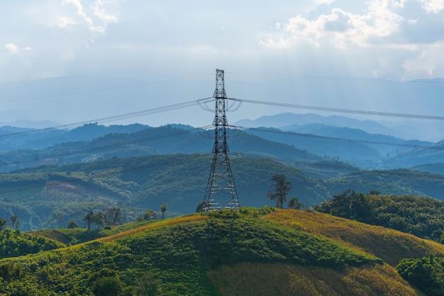 Linhas de alta tensão na montanha Foto Premium