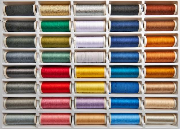 Linhas de costura fundo multicolorido closeup Foto Premium