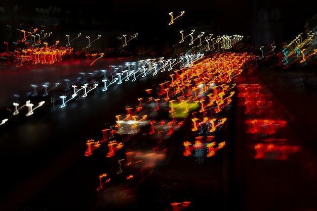 Linhas de luz dos faróis do carro. Foto Premium