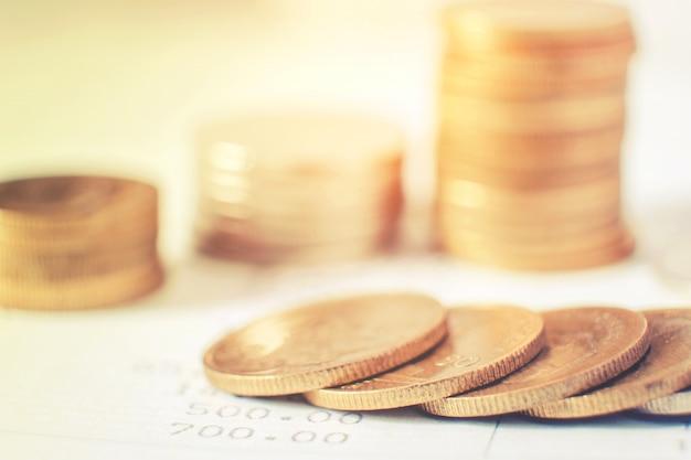 Linhas de moedas para financiamento e banca no conceito financeiro de mercado de ações digital Foto Premium