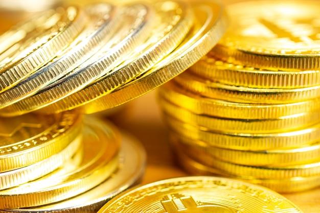 Linhas e pilhas de moedas de criptomoeda na mesa de madeira. Foto gratuita