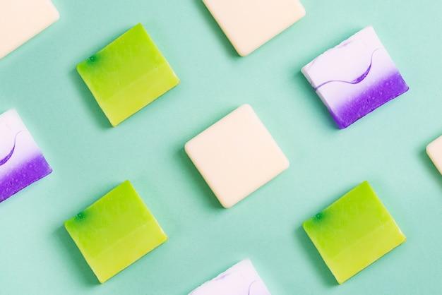 Linhas orgânicas artesanais de vários sabonetes caseiros coloridos em verde Foto Premium