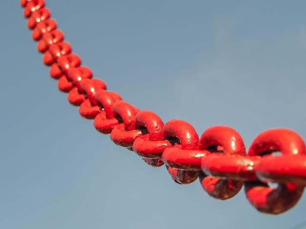 Link de corrente vermelho no céu. Foto Premium