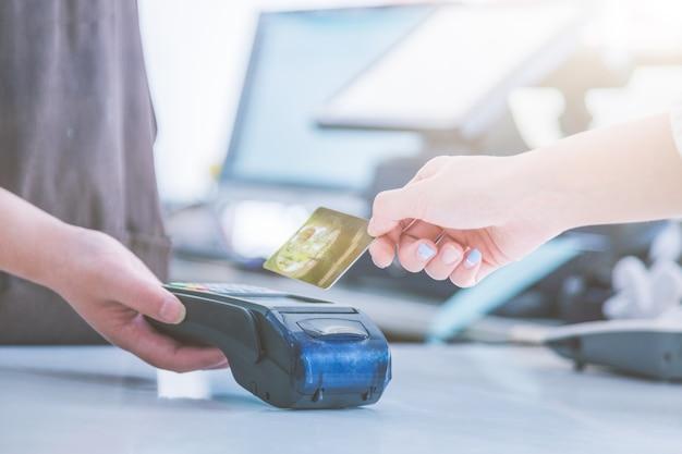 Liquidação do cartão de crédito pos em vez de liquidação em dinheiro Foto gratuita