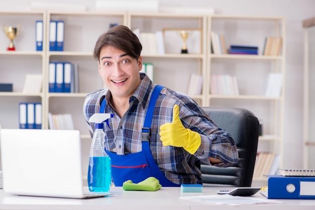 Líquido de limpeza masculino que trabalha no escritório Foto Premium