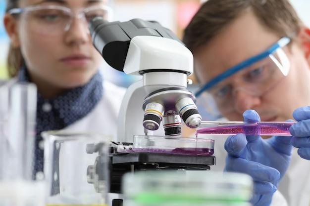 Líquido masculino e feminino rosa pesquisa química Foto Premium